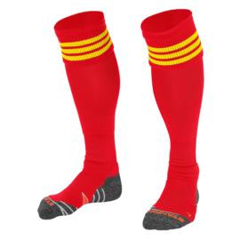 Rode sokken met gele ringen