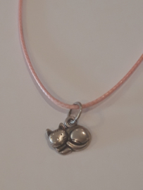 Ketting poes slapend