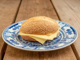 Duits bruin broodje met pitten, Jonge kaas