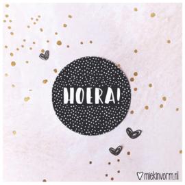 Sticker || HOERA! (zwart met witte stipjes)|| per doosje 250 st