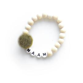 POM. LEGERGROEN   Naam/Tekst armbandje houten kralen WIT of ZWART