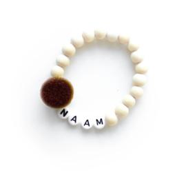 POM. OKERGEEL | Naam/Tekst armbandje houten kralen WIT of ZWART