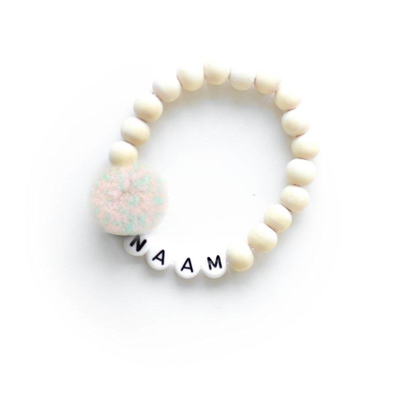 POM. MERMAID   Naam/Tekst armbandje houten kralen WIT of ZWART