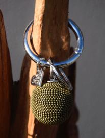 Tas- sleutelhanger van La Jolie Maison. grote metalen bol. Groen