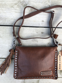 "Bag 2 Bag middelmaat tasje, ""Joplin"". écht leer met studs. Brandy. (Donker bruin)"