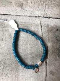 Biba Armband houten kralen, petrol blauw. Zilverkleurig bedeltje.