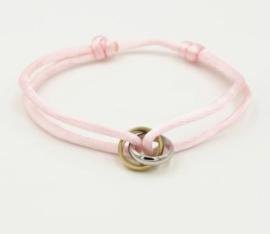 Satijn armbandje met bi-colour RVS (stainless steel) ringen. Zachtroze