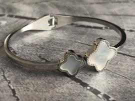 RVS (stainless steel) bangle Klik-armband. Ingelegd met echt parelmoer. Zilverkleurig.