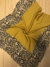 Mooie grote langwerpige sjaal. Zebra randen. Okergeel.