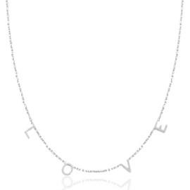 RVS (stainless steel) ketting. Met kleine letters L O V E. Zilverkleurig.