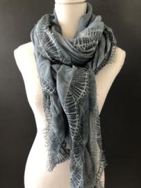 Mooie langwerpige dunne uni sjaal met kant langs de randen. Jeans blauw, garment dyed. (Vintage blue)