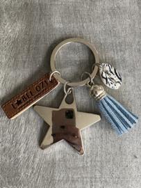 Sleutelhanger, Zwaar metalen ster. Jeans blauw kwastje, Zebra schelpje