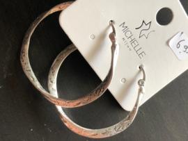Mat zilverkleurige oorbellen bewerkt (creolen)