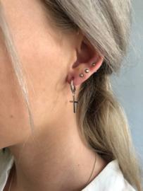 RVS oorbellen (stainless steel), kruisje aan ringetje. zilverkleurig.