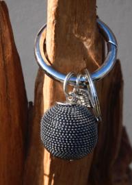 Tas- sleutelhanger van La Jolie Maison. grote metalen bol. Antraciet kleurig