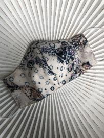 Handgemaakt mondkapje. Met membraan voering. Beige-lila-blauw dessin.