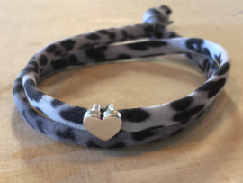 Ibiza Boho wikkel-armband. Grijs Vintage Leopard, zilverkleurig hart
