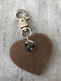 Tas- & sleutelhanger écht leer hart + hart bedel. Taupe