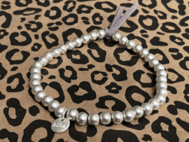 BIBA metalen kralen armband. Mat, Licht (wit) zilverkleurig.