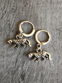 Creolen / oorbellen met hangend luipaard / panter. Zilverkleurig.