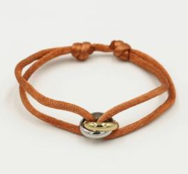 Satijn armbandje met bi-colour RVS (stainless steel) ringen. Cognac bruin/terra