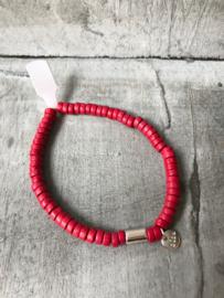 Biba Armband houten kralen, cerise rood. Zilverkleurig bedeltje.