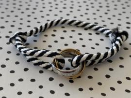 Gekleurd touw armbandje met grote bi-colour RVS (stainless steel) ringen. Zwart-Wit combi