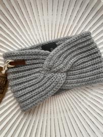 Knit Factory, gebreide haarband. Lichtgrijs