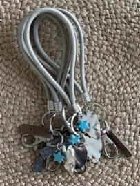 Tas- & sleutelhanger.  Grijze lus / Zilver hart + mini aqua ster