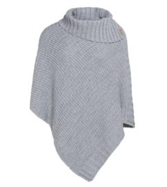 Poncho Nicky van het mooie merk Knit Factory. Licht grijs