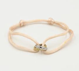 Satijn armbandje met bi-colour RVS (stainless steel) ringen. Nude (heel licht zalm)