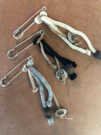 Speld, van Knit Factory  Zilverkleurig - Zwart