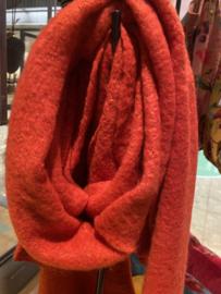Langwerpige  super soft sjaal met schuine uiteinden. Rood