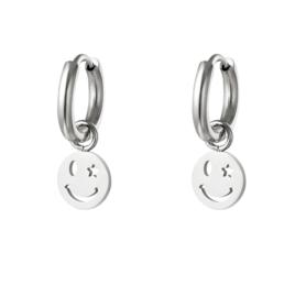 RVS (stainless steel) kleine creolen met smiley hanger. Zilverkleurig