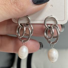 RVS (stainless steel) oorbellen. Met ringetjes en 1 parel. Zilverkleurig