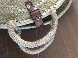 Round basket palmblad. Met echt leer hengsel + gesp. Maat L 40 cm