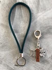 Lange sleutelhanger + tashanger. Groen suedine.
