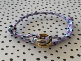 Gekleurd touw armbandje met grote bi-colour RVS (stainless steel) ringen. Lila combi