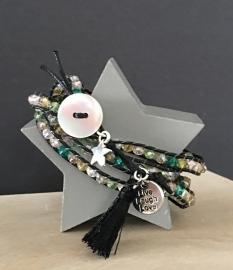 Wikkel armband kraaltjes-waxkoord. Zwart-multi colour kraal.