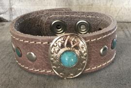 Écht leren armband. Taupe/Turquoise met stiksel en studs.