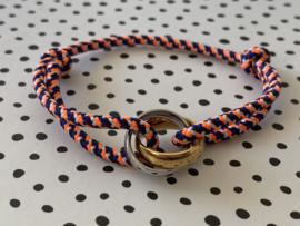 Gekleurd touw armbandje met grote bi-colour RVS (stainless steel) ringen. Neon oranje combi