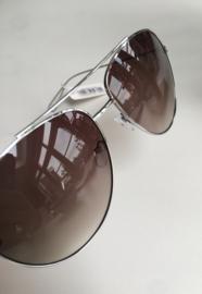 Grote piloten zonnebril met zilverkleurig metaal.  Donker groen-bruin glas.
