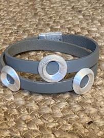 BIBA armband met 3 licht zilverkleurige schuivers. Grijs