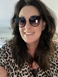 Mooie zonnebril met goudkleurig neus bruggetje. Zwart
