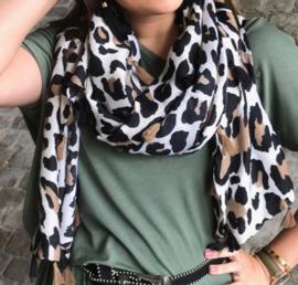 Grote langwerpige dunne  sjaal. Luipaard print. Kwastjes langs de randen.