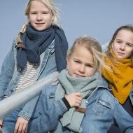 Sjaal/omslagdoek KIDS MAAT van het mooie merk Knit Factory.  Okergeel
