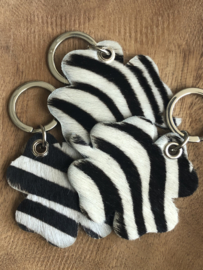 Klavertje 4 sleutelhanger hart, écht leer. Vacht printje. Zebra print. Zwart-wit.