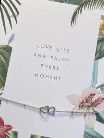 "Stainless steel armbandje op kaart ""Love life.."" . Dubbel hartje. Zilver."