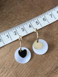 RVS oorbellen (stainless steel), half open creool/steker met parelmoer bedel en hartje. Goudkleurig