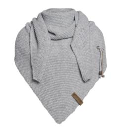 Sjaal/omslagdoek Coco van het mooie merk Knit Factory. Lichtgrijs.